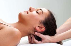 Operatore Cranio Sacrale massaggia la testa