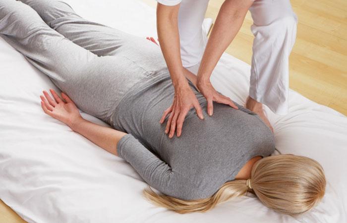 Operatore Shiatsu a Caserta mentre pratica un massaggio