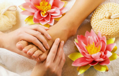 Operatore di Riglessologia Plantare massaggia un piede