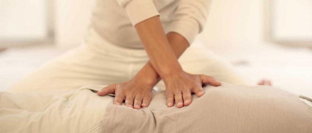 Operatore Shiatsu Caserta mentre pratica un massaggio