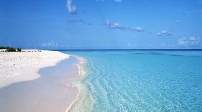 Un bellissimo mare con sabbia bianca